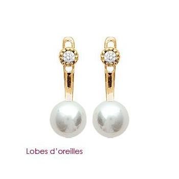 Lobes d'oreilles en plaqué or, oxyde de zirconium et perles synthétiques.